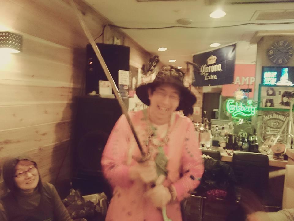 「鍋底の刀」。広島の「帯刀系」(?)アーティスト・ドドコさん歓迎、なべ虹魚さん企画。